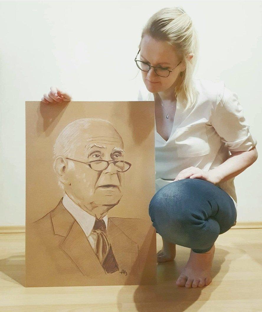 Annett Bergk mit ihrem Portrait von LORIOT